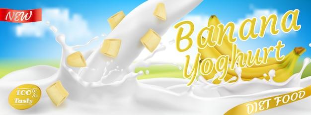 Bando de banana realista no iogurte, pacote. fruta amarela com salpicos de gotas. Vetor grátis