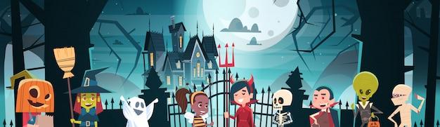 Banner de feliz dia das bruxas com monstros bonito dos desenhos animados, caminhando para o castelo escuro com fantasmas Vetor Premium
