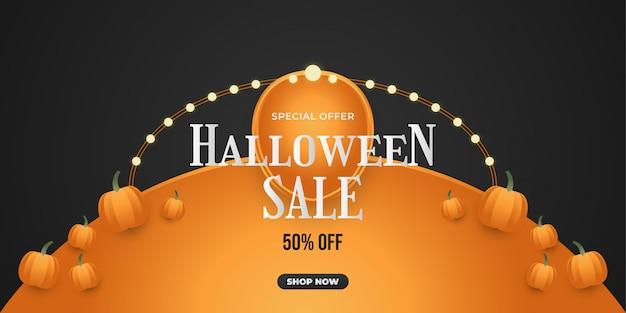 Banner de venda de halloween com abóbora em fundo preto Vetor Premium