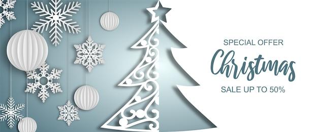 Banner de venda de natal com árvore de papel, bolas e flocos de neve Vetor Premium