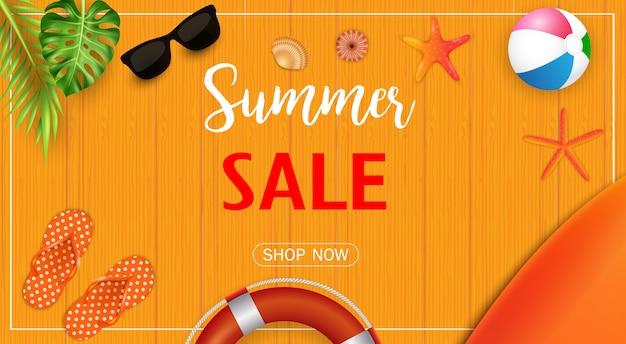 Banner de venda de verão com elementos de praia na textura de madeira Vetor Premium