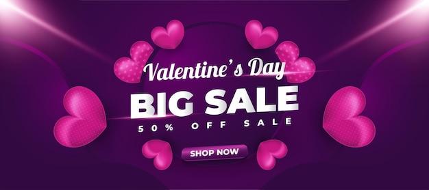Banner de venda do dia dos namorados com corações roxos espalhados e luzes brilhantes para promoção ou propaganda Vetor Premium