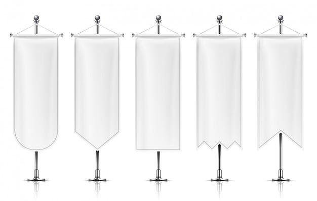 Banners verticais de suspensão. bandeiras vazias brancas no poste de metal. Vetor Premium