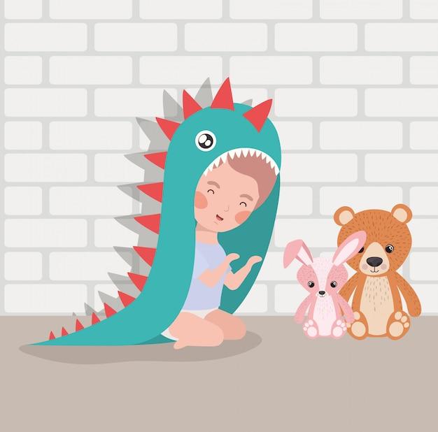Bebezinho com brinquedos de pelúcia e fantasia Vetor grátis