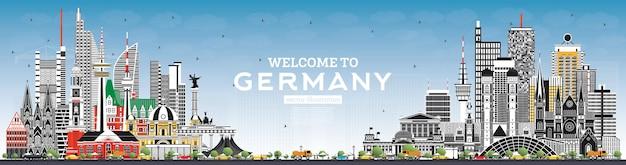Bem-vindo ao horizonte da alemanha com edifícios cinzentos e céu azul. alemanha paisagem urbana com pontos turísticos. Vetor Premium