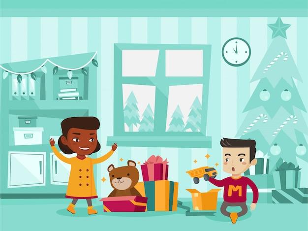 Biracial crianças abrindo presentes de natal. Vetor Premium