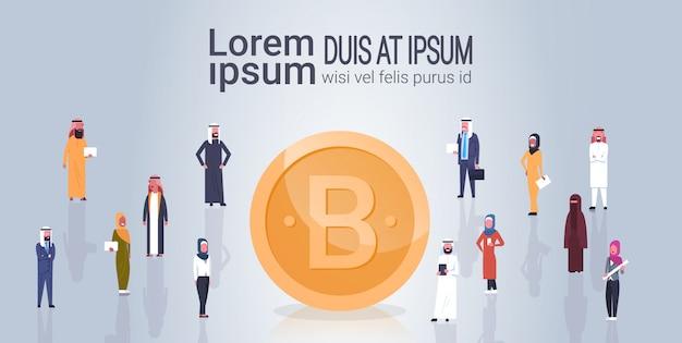 Bitcoin crypto moeda grupo de pessoas árabes sobre dourado digital cryptocurrency moeda modelo banner Vetor Premium