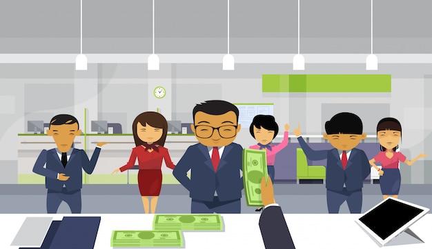 Bos business man mão dar dinheiro para a equipe de empresários asiáticos pagar salário Vetor Premium