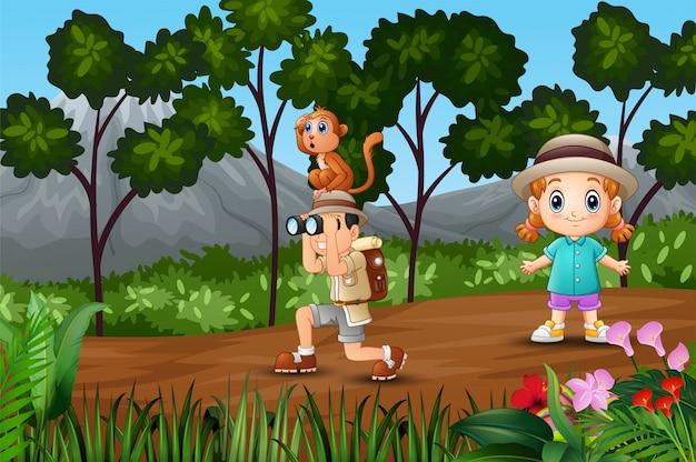 Boy explorer com uma garota na floresta Vetor Premium