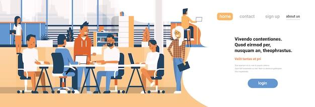 Brainstorming da equipe de negócios, reunião de empresários do grupo sentados juntos escritório discutindo espaço de cópia de banner plana Vetor Premium