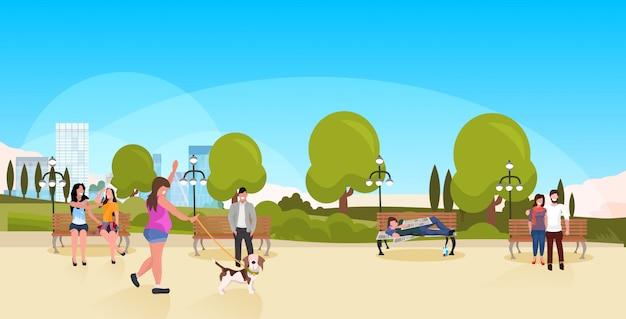 Bum dormindo outdoor povos andar urbano parque mendigo bêbado deitado banco de madeira conceito desabrigado paisagem fundo horizontal comprimento total Vetor Premium