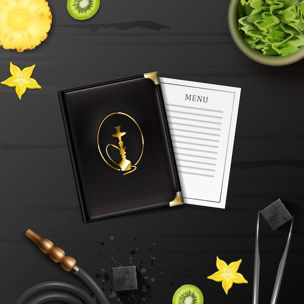 Cachimbo de água de vetor plano com tabaco shisha em uma tigela, carvão, pinças, menu, mangueira e fatias de kiwi, abacaxi, carambola na vista superior da mesa de madeira preta Vetor grátis