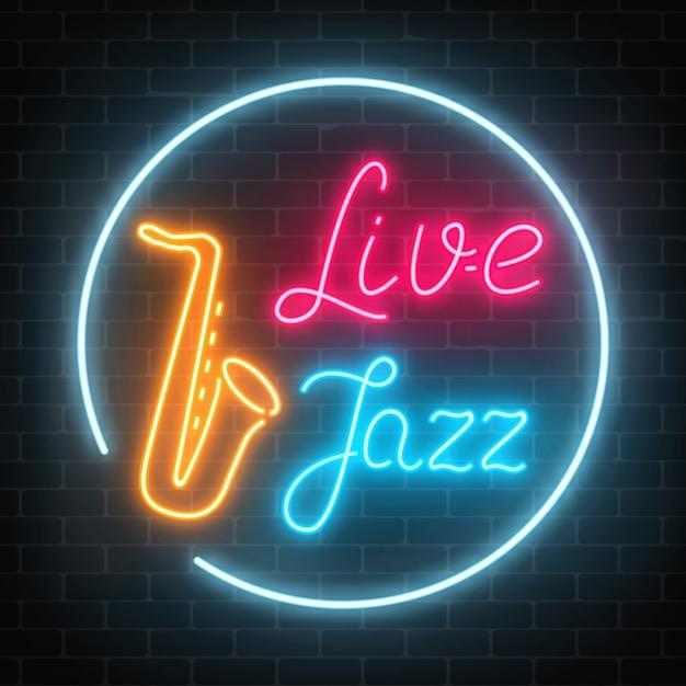 Café de jazz de néon com música ao vivo e sinal brilhante de saxofone em uma parede de tijolos escuros. Vetor Premium