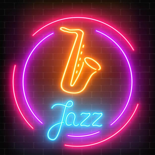 Café de jazz de néon com sinal brilhante de saxofone com moldura redonda em uma parede de tijolos escuros. Vetor Premium