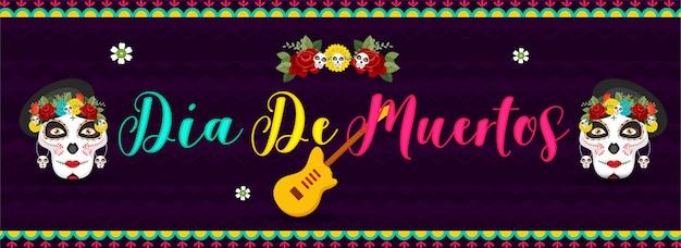 Caligrafia colorida de dia de muertos com caveiras de açúcar ou calaveras e guitarra em listrado ondulado roxo. cabeçalho ou banner. Vetor Premium
