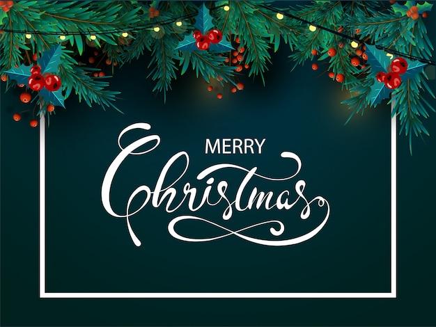 Caligrafia de feliz natal com folhas de pinheiro, bagas vermelhas e guirlanda de iluminação decorada sobre fundo verde Vetor Premium