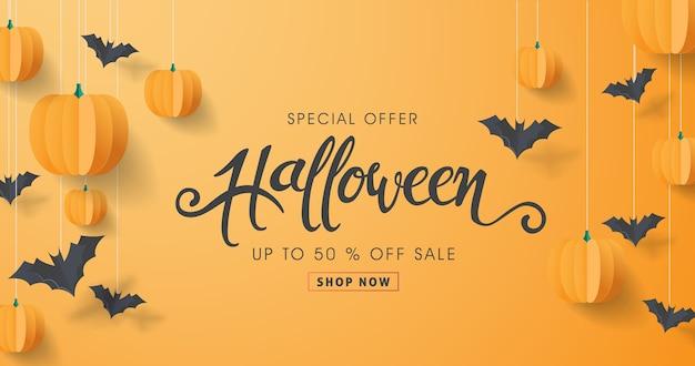 Caligrafia de halloween feliz com morcegos de papel e abóboras. venda de oferta especial de banner. Vetor Premium