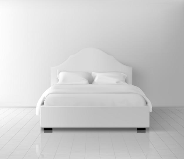 Cama de casal com dois pilares e cobertor em roupa de cama de linho branco em pé na prancha, piso laminado perto da parede realista Vetor grátis