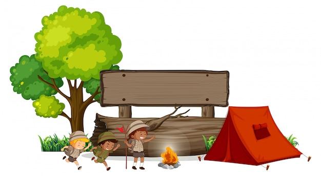 Camping crianças com bandeira de madeira Vetor Premium