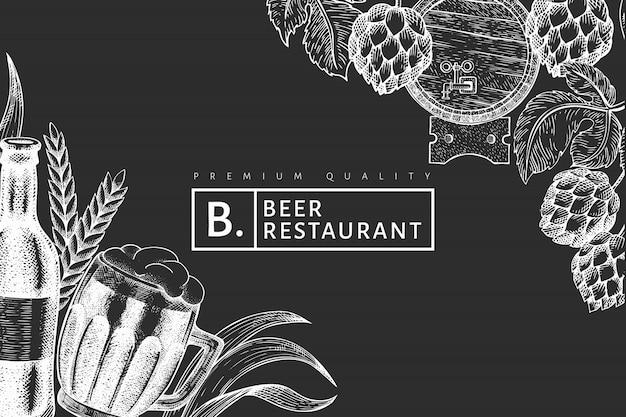 Caneca de vidro de cerveja e hop design. mão-extraídas ilustração de bebidas pub no quadro de giz. estilo gravado. cervejaria retrô. Vetor Premium
