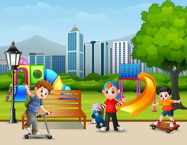 Caricatura, crianças, tocando, parque cidade Vetor Premium