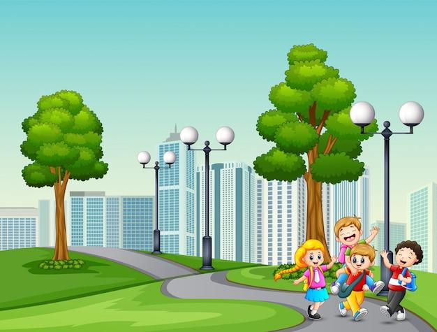 Caricatura, de, crianças, ir escola, passado, a, parque Vetor Premium