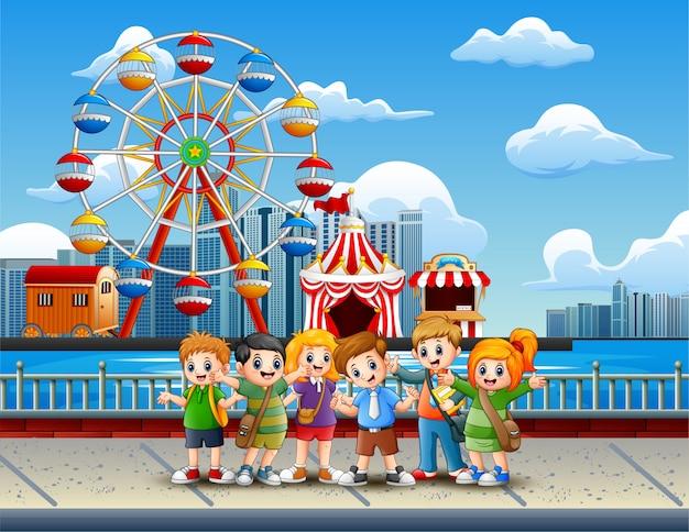 Caricatura, de, crianças, tendo divertimento, ligado, a, lakeside Vetor Premium