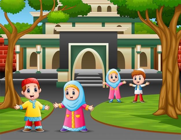 Caricatura, de, muçulmano, crianças, frente, a, mesquita Vetor Premium