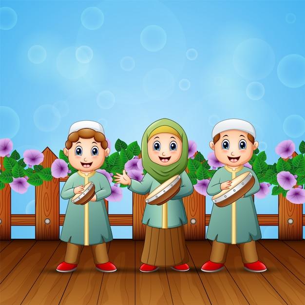 Caricatura, de, muçulmano, crianças, tocando, tambourine Vetor Premium