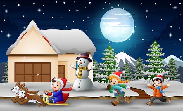 Caricatura, de, um, menino, montando, trenó, em, frente, nevando, casa Vetor Premium