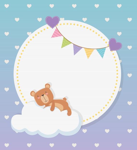 Cartão circular de bebê chuveiro com urso ursinho na nuvem e guirlandas Vetor grátis
