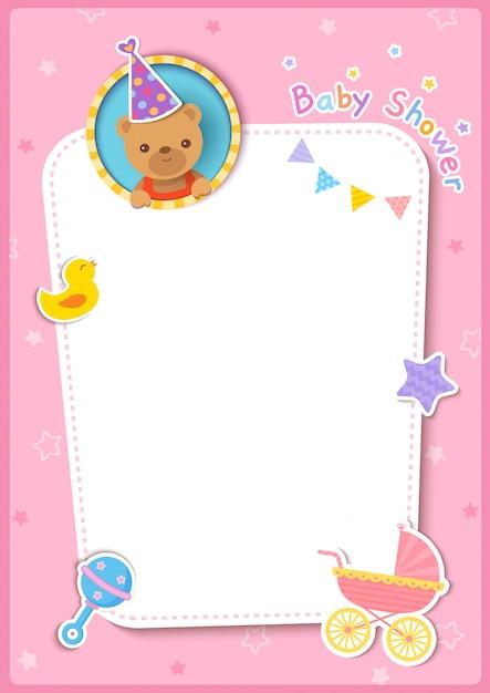 Cartão de chuveiro de bebê com ursinho e brinquedos no fundo do quadro rosa. Vetor Premium