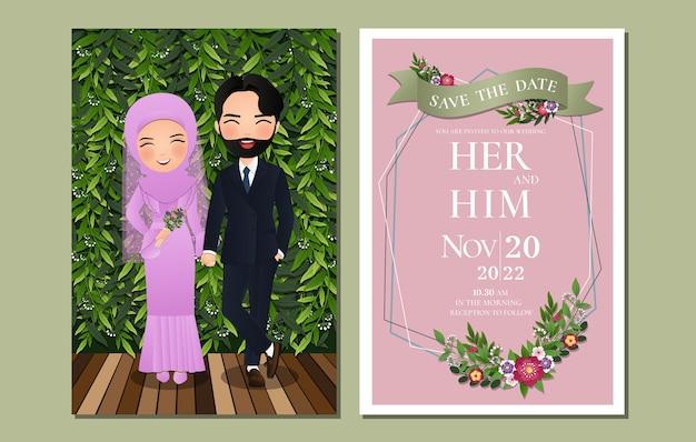 Cartão de convite de casamento a noiva e o noivo bonito casal muçulmano personagem de desenho animado com fundo de folhas verdes. Vetor Premium