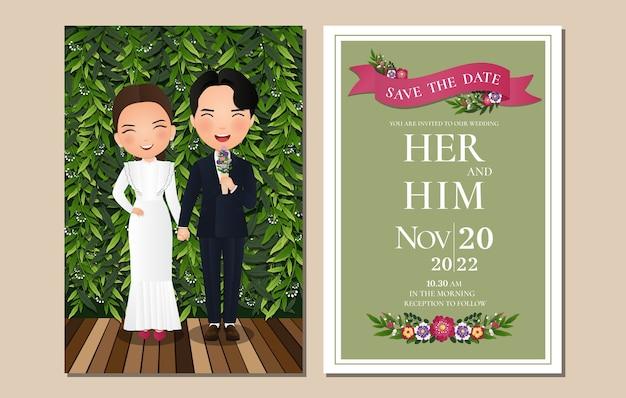 Cartão de convite de casamento a noiva e o noivo bonito casal personagem de desenho animado com fundo de folhas verdes. Vetor Premium