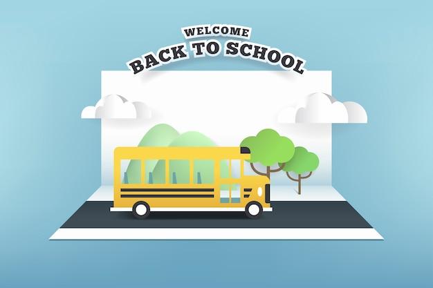Cartão de papel do ônibus escolar correndo na estrada. Vetor Premium