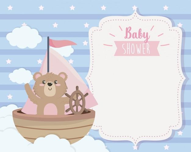 Cartão de urso fofo no navio e nuvens Vetor grátis