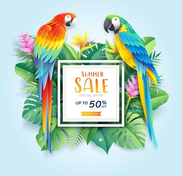 Cartão de venda de verão com arara vermelha e azul em fundo de corte de papel de folha tropical Vetor Premium
