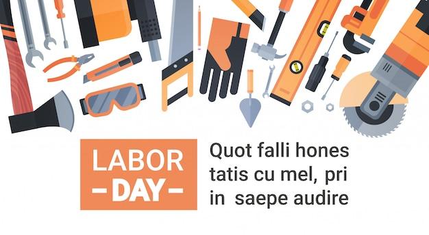 Cartão do dia do trabalho sobre o jogo de ferramentas de funcionamento do reparo e da construção Vetor Premium