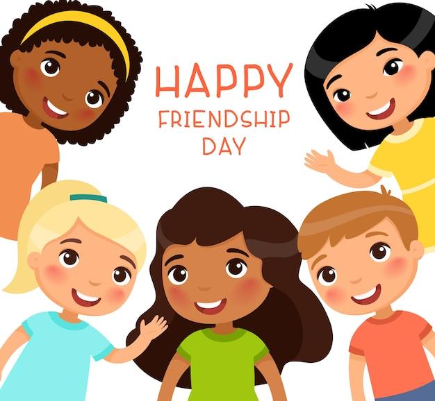 Cartaz de feliz dia da amizade com crianças multiculturais. cinco crianças internacionais em um quadro estão sorrindo e acenando. Vetor Premium