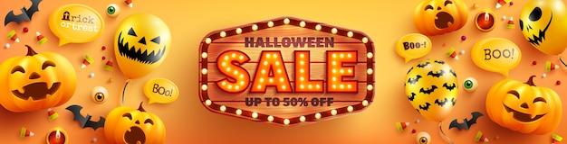 Cartaz de venda de halloween e modelo de banner com abóbora de halloween fofa, balões fantasma e placa de madeira em fundo laranja. site assustador, Vetor Premium