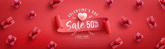 Cartaz de venda do dia dos namorados ou banner com presente doce no vermelho. modelo de promoção e compra ou para o amor e dia dos namorados Vetor Premium