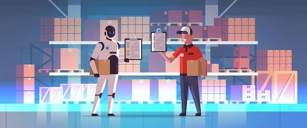 Carteiro robótico com correio de homem segurando caixas de encomendas robô vs humano juntos de pé moderno armazém interior serviço de entrega serviço de inteligência artificial tecnologia conceito comprimento total horizontal Vetor Premium