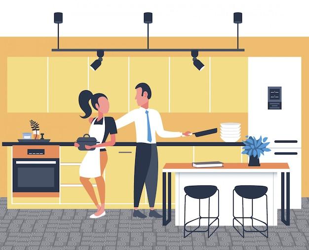 Casal cozinhar comida juntos mulher homem preparar café da manhã cozinha moderna interior comprimento total horizontal Vetor Premium