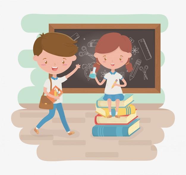 Casal de estudantes pouco com lousa e material escolar Vetor grátis