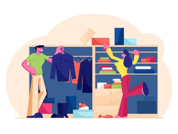 Casal de homem e mulher ficam no guarda-roupa em casa, escolhendo vestido e calçado pendurado e deitado nas prateleiras para sair. ilustração plana dos desenhos animados Vetor Premium