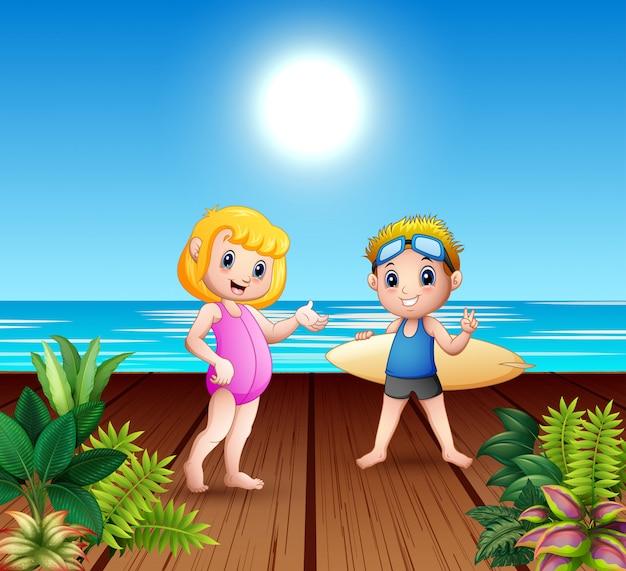 Casal de menino e menina com pranchas de surf no porto de mar Vetor Premium