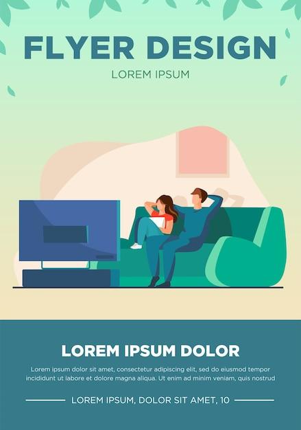Casal feliz assistindo tv juntos. relaxamento, sofá, ilustração vetorial plana de filme. conceito de família e entretenimento para banner, design de site ou página de destino Vetor grátis