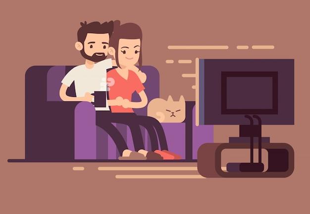 Casal jovem feliz relaxado assistindo tv em casa na sala de estar Vetor Premium