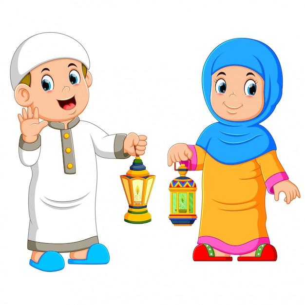 Casal muçulmano segurando lanterna Vetor Premium