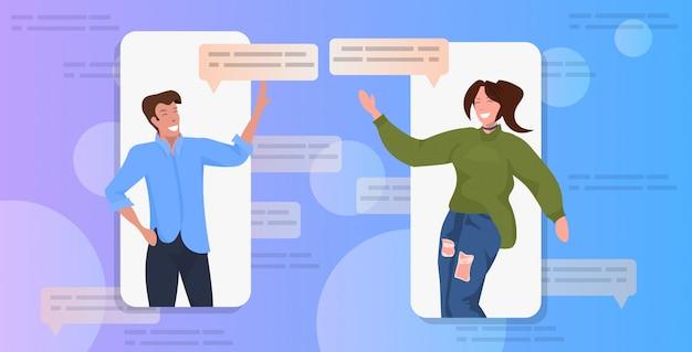 Casal usando o conceito de comunicação de bolha de bate-papo app rede social Vetor Premium